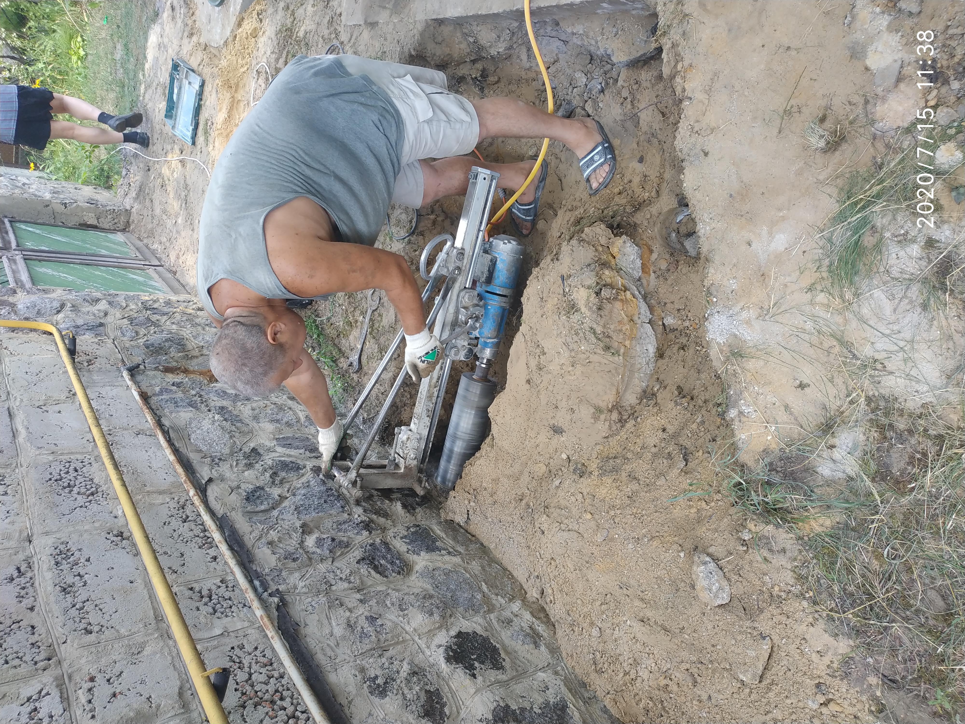 Фото Алмазная резка бетона. Отверстия под канализацию в фундаменте.