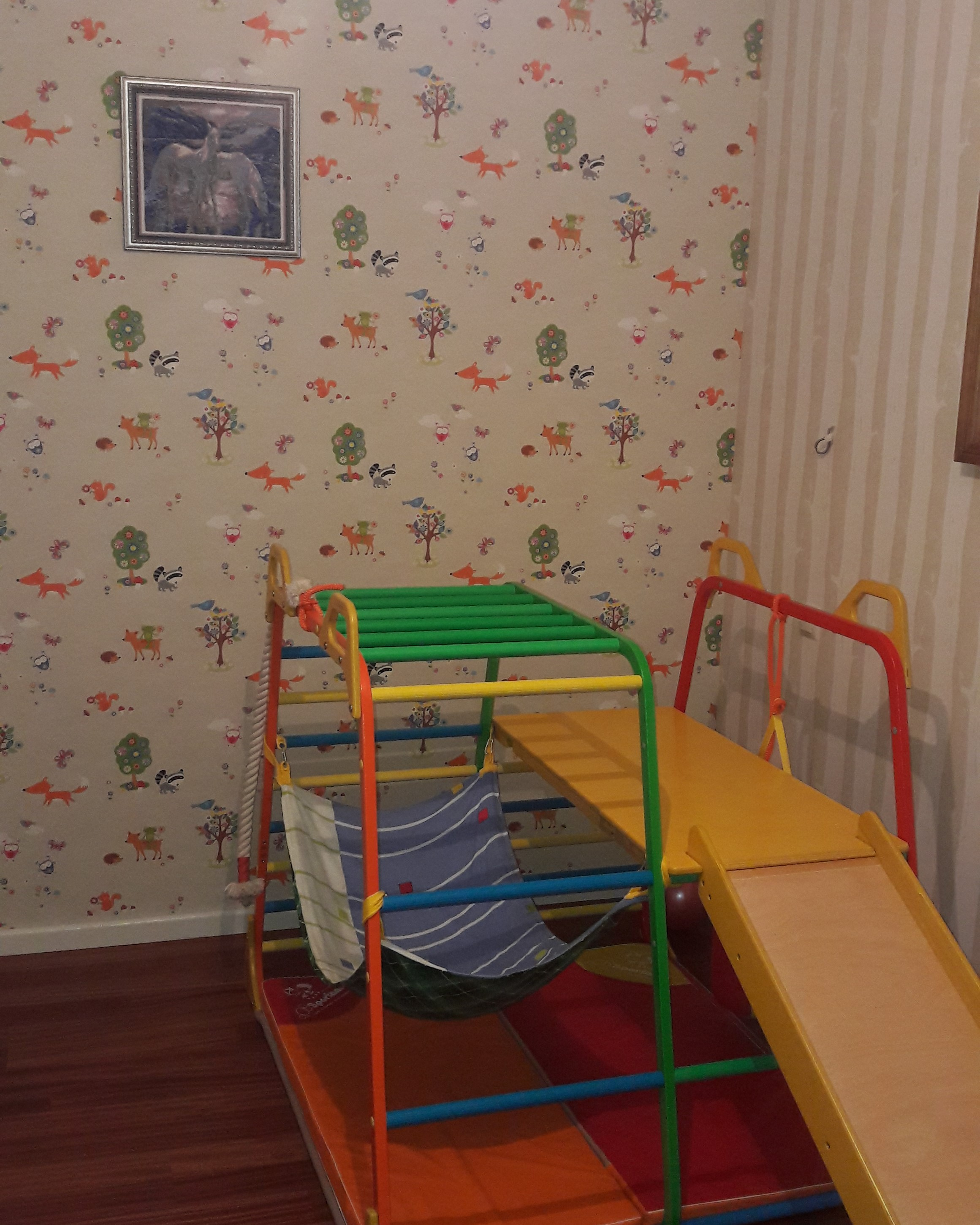 Фото Поклейка бумажных обоев в детской комнате