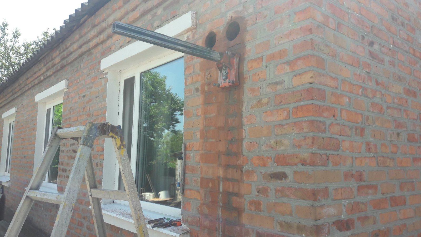 Фото Алмазное бурение (сверление) отверстий в кирпичной стене под вентиляцию.