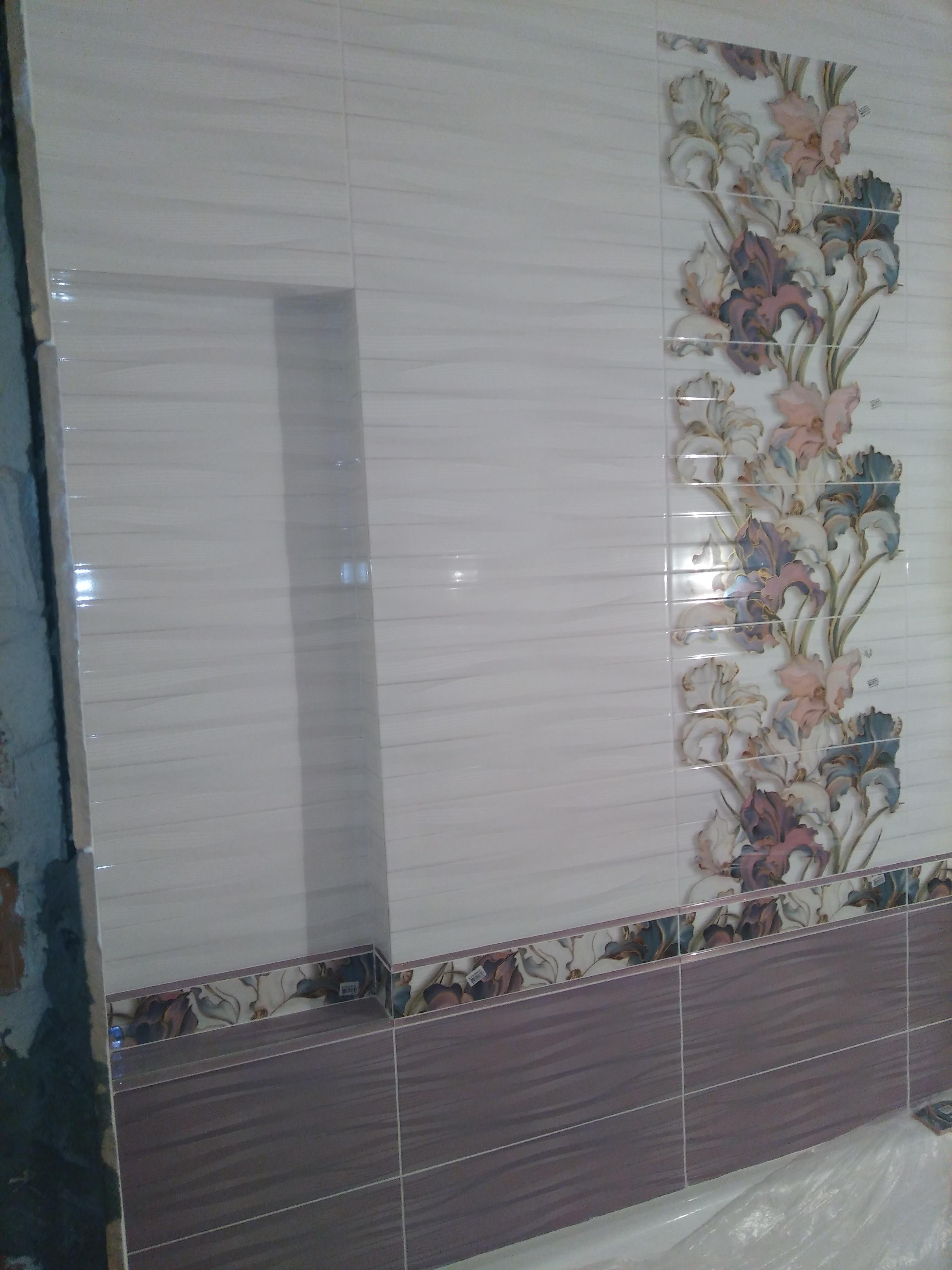 Фото Ванная с декором и нишей.
