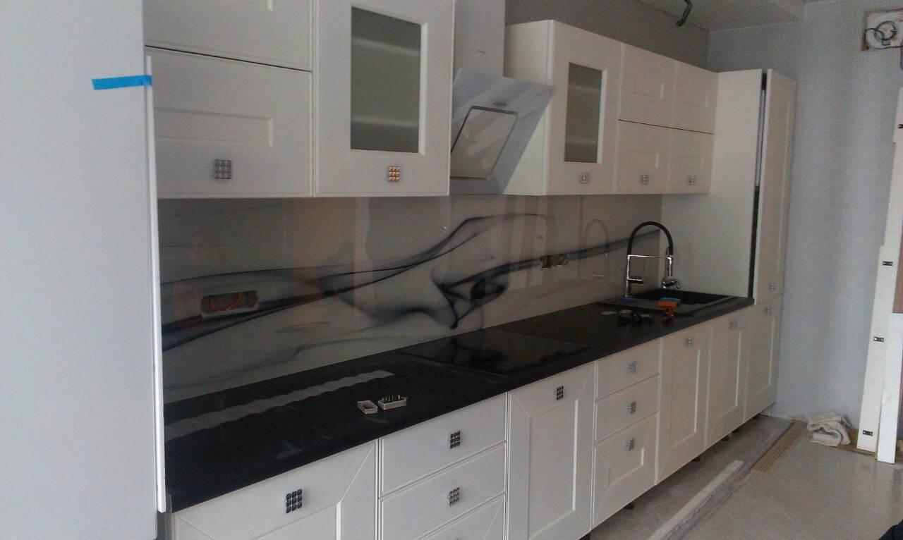 Фото Кухня с крашенным фасадом и стеклянным скинали, срок изготовления 1 месяц