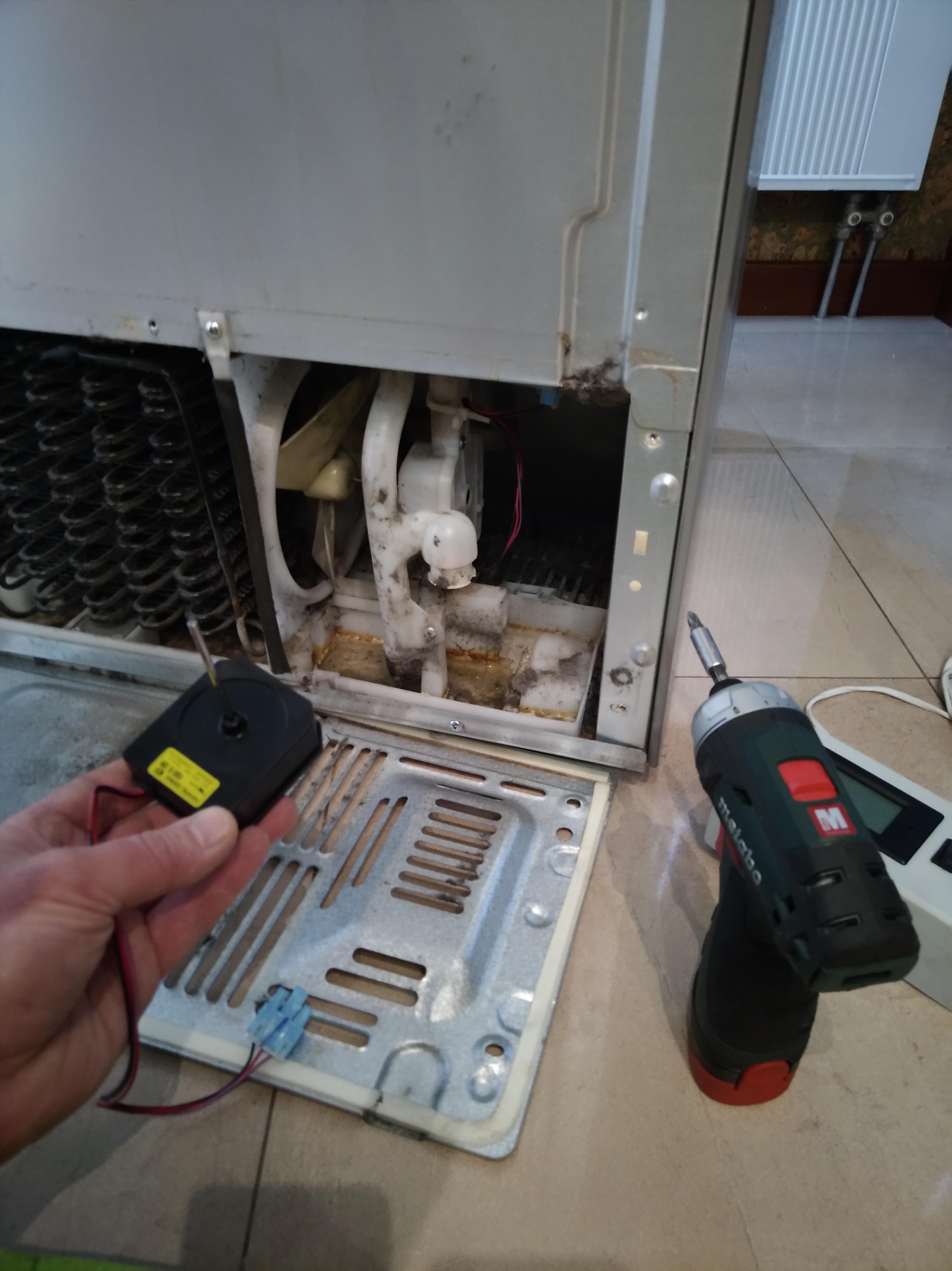 Фото Замена двигателя обдува субконденсера на холодильнике LG , двигатель оригинальный от компании LG.