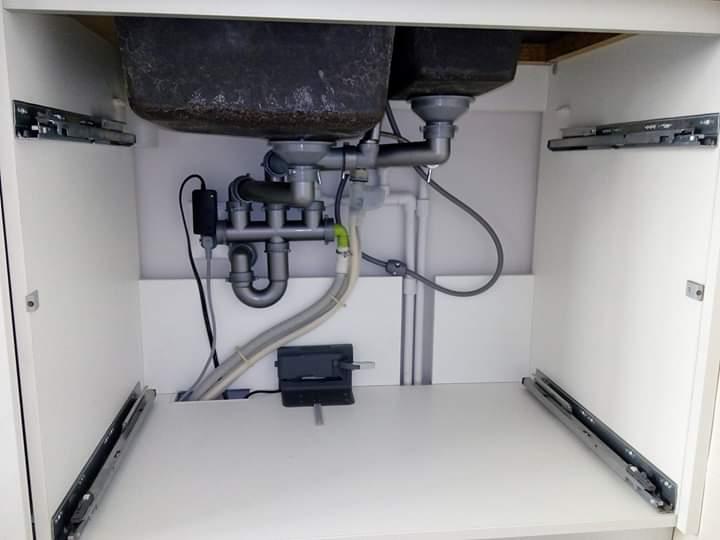 Фото Підключення посудомийної машинки,змішувача і сифона для мийки . Вигляд в середині мийки .