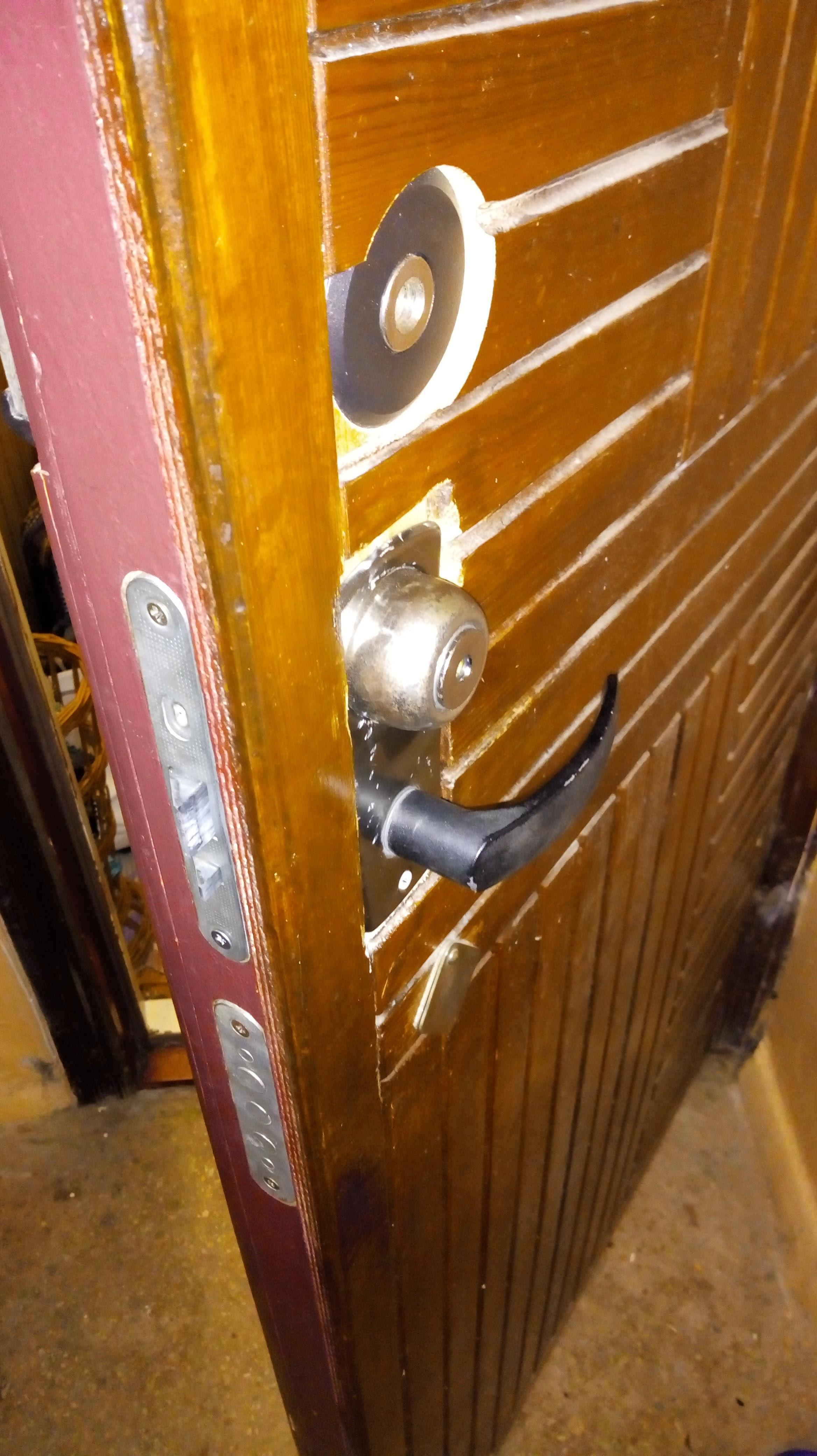 Фото Замена и ремонт замка в нестандартной двери