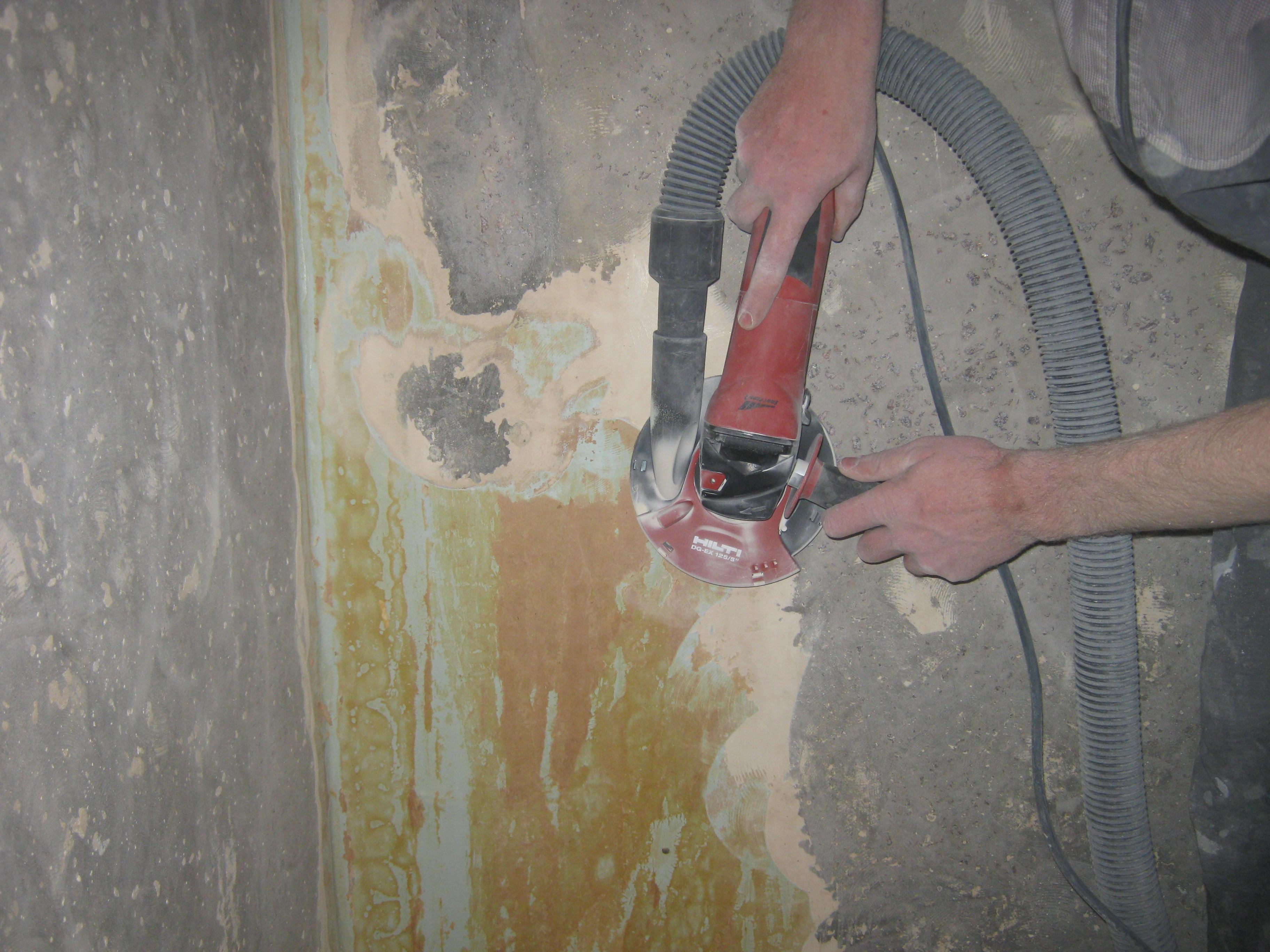 Фото Очистка бетонных стен от старой эмали-клея пва-клеенчатых обоев методом зачистки алмазной чашкой с пылеотводом.Данный метод позволяет качественно подготовить стены помещения к штукатурке или шпаклеванию и избежать применения гипсокартона.