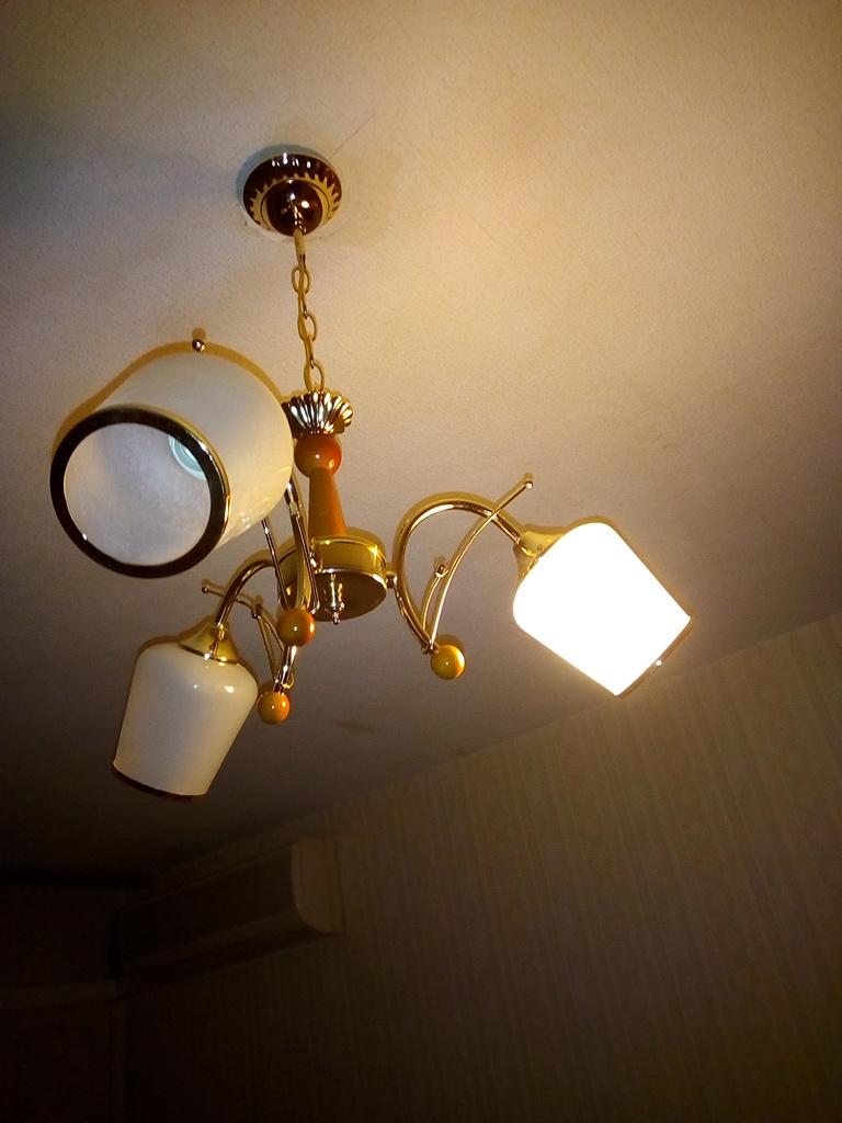 Фото Светильник потолочный с тремя лампами. Замена старого светильника на новый. Сборка нового светильника из деталей комплекта. Подключение нового светильника к электрической сети.