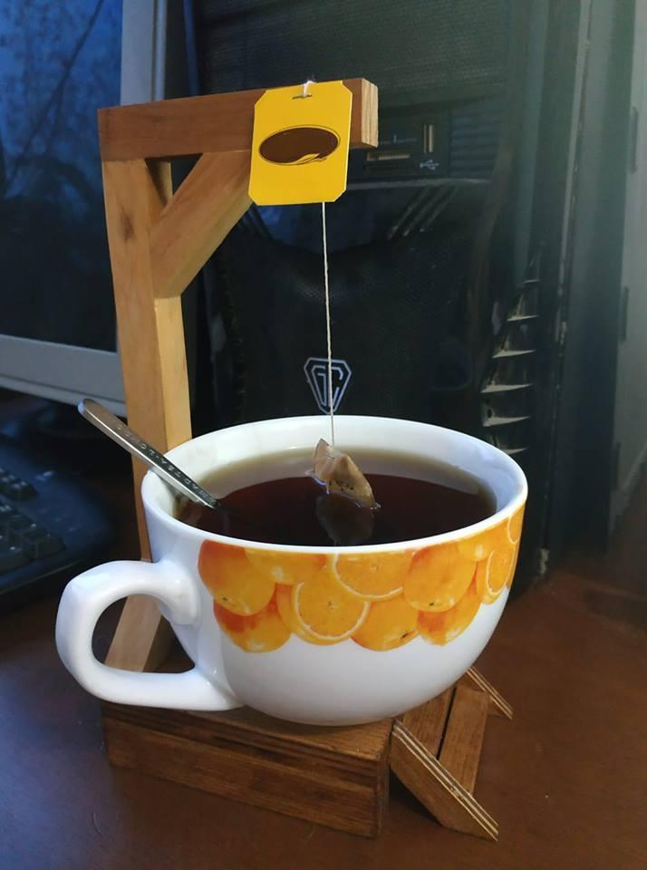 Фото ВИСЕЛИЦА - оригинальный подарок - подставка для кружки чая. Бирка от чая заводится вверх и не позволяет по капиллярам вытекать на стол.