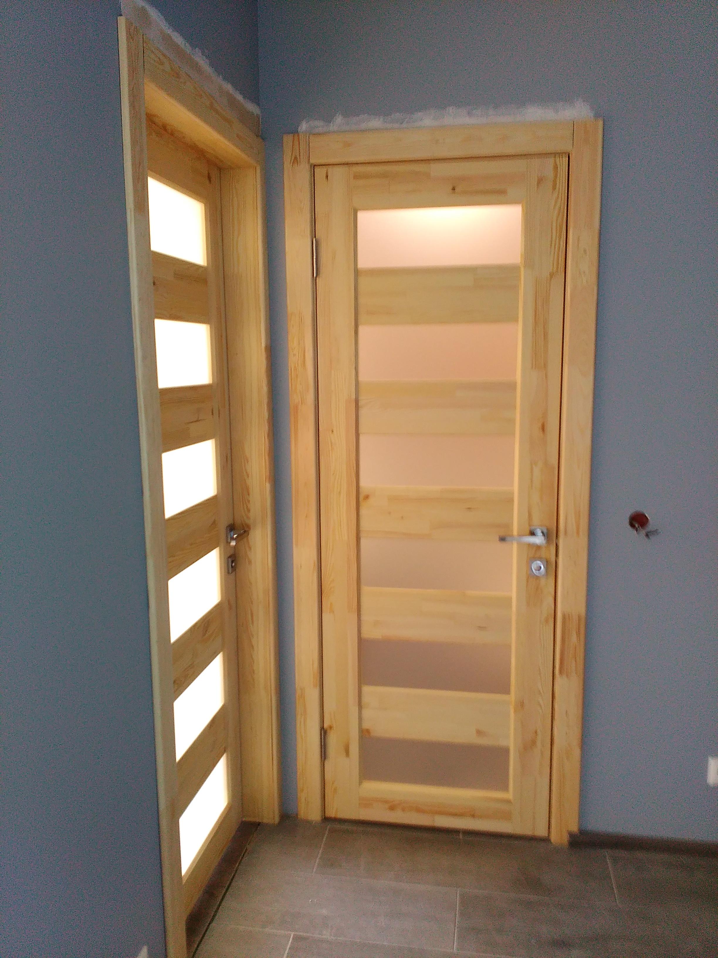 Фото Монтаж дверей из натуральной сосны
