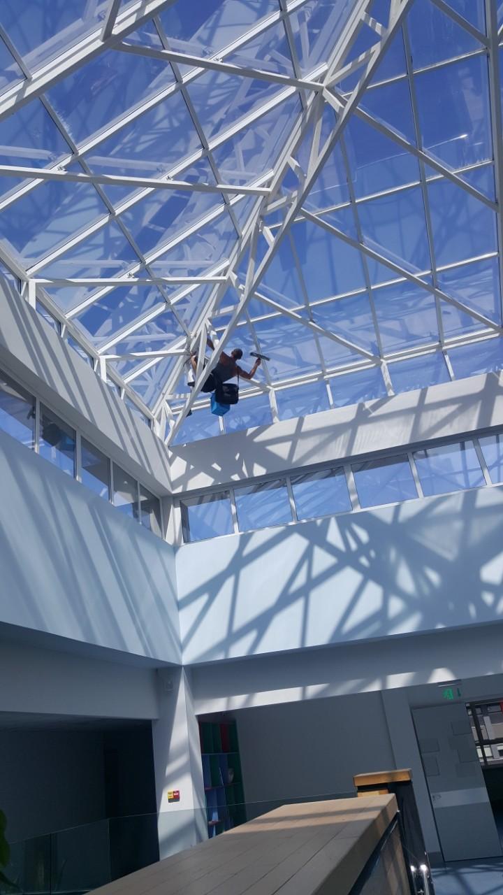 Фото Мойка стеклянного потолка