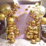 Яркая золотая фотозона на 8 Марта