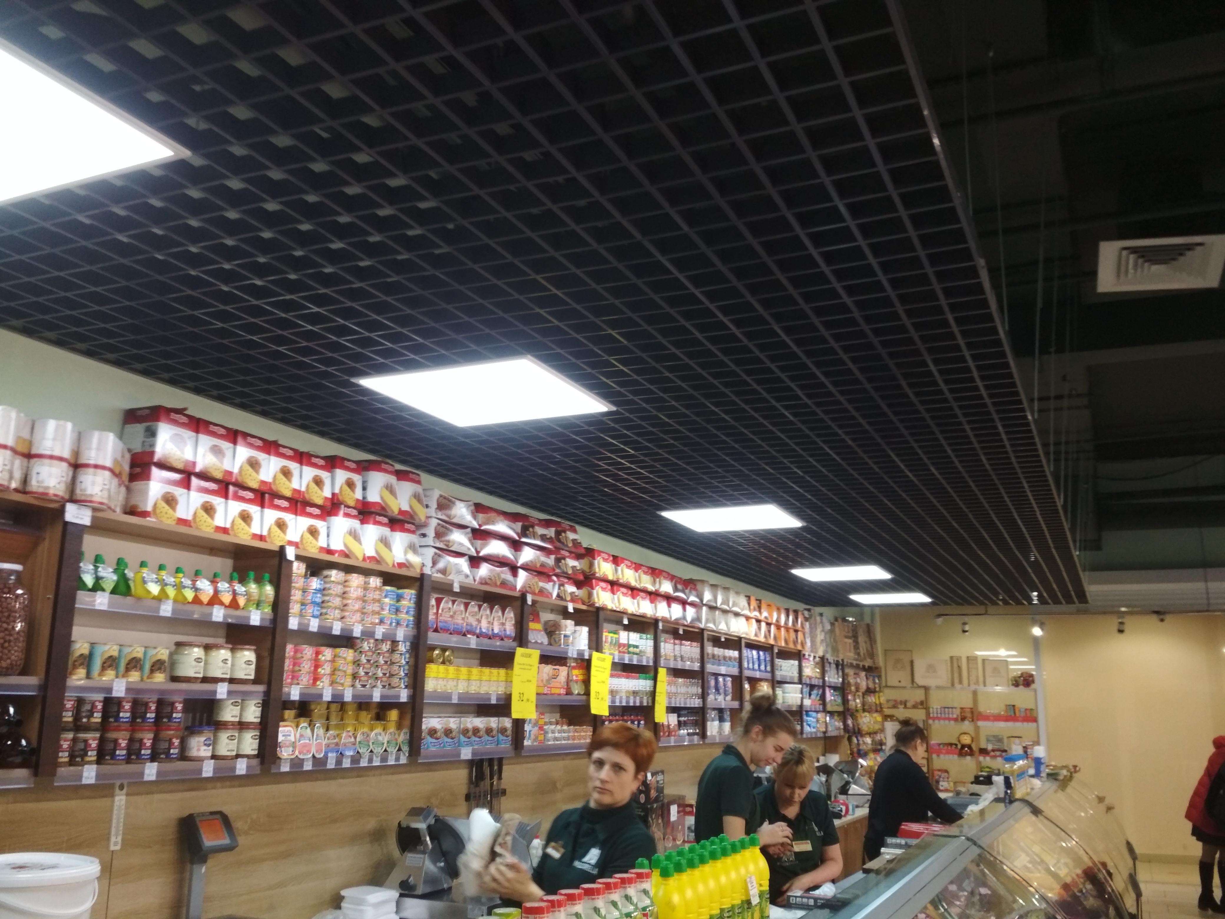 Фото Монтаж потолка Грильято в магазине. Подключение светильников.