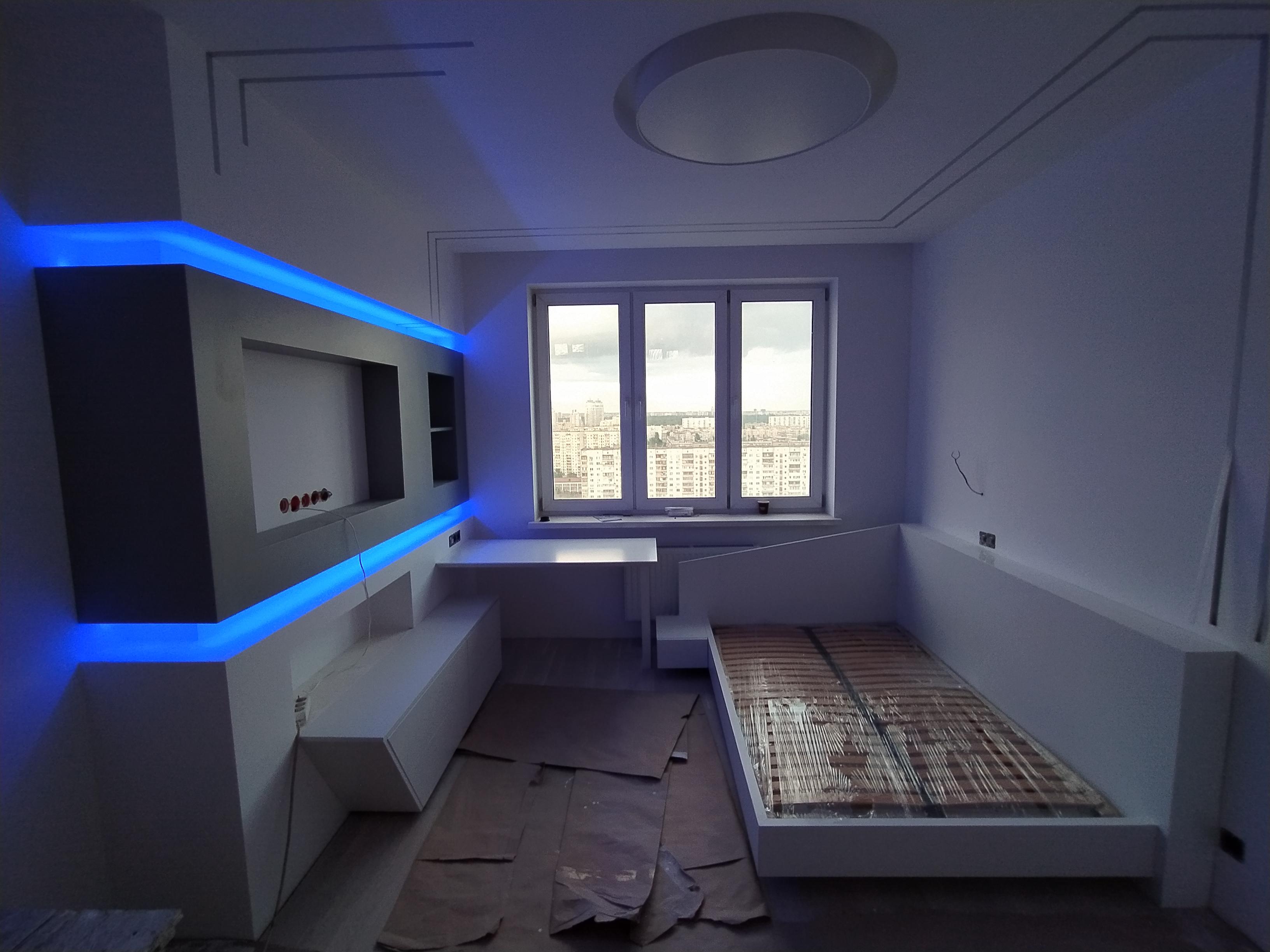 Фото Тв зона, тумба с ящиками, стол, кровать