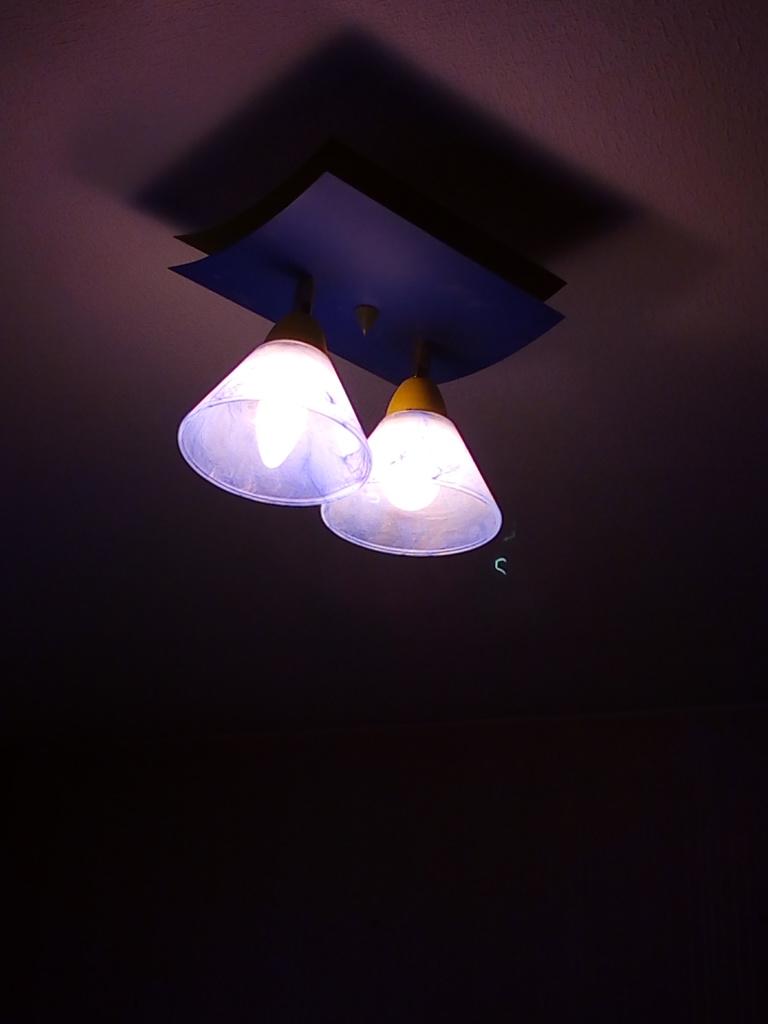 Фото Ремонт потолочного светильника с двумя лампами. Замена подгоревших патронов лампочных. Подключение светильника обратно к сети питания.