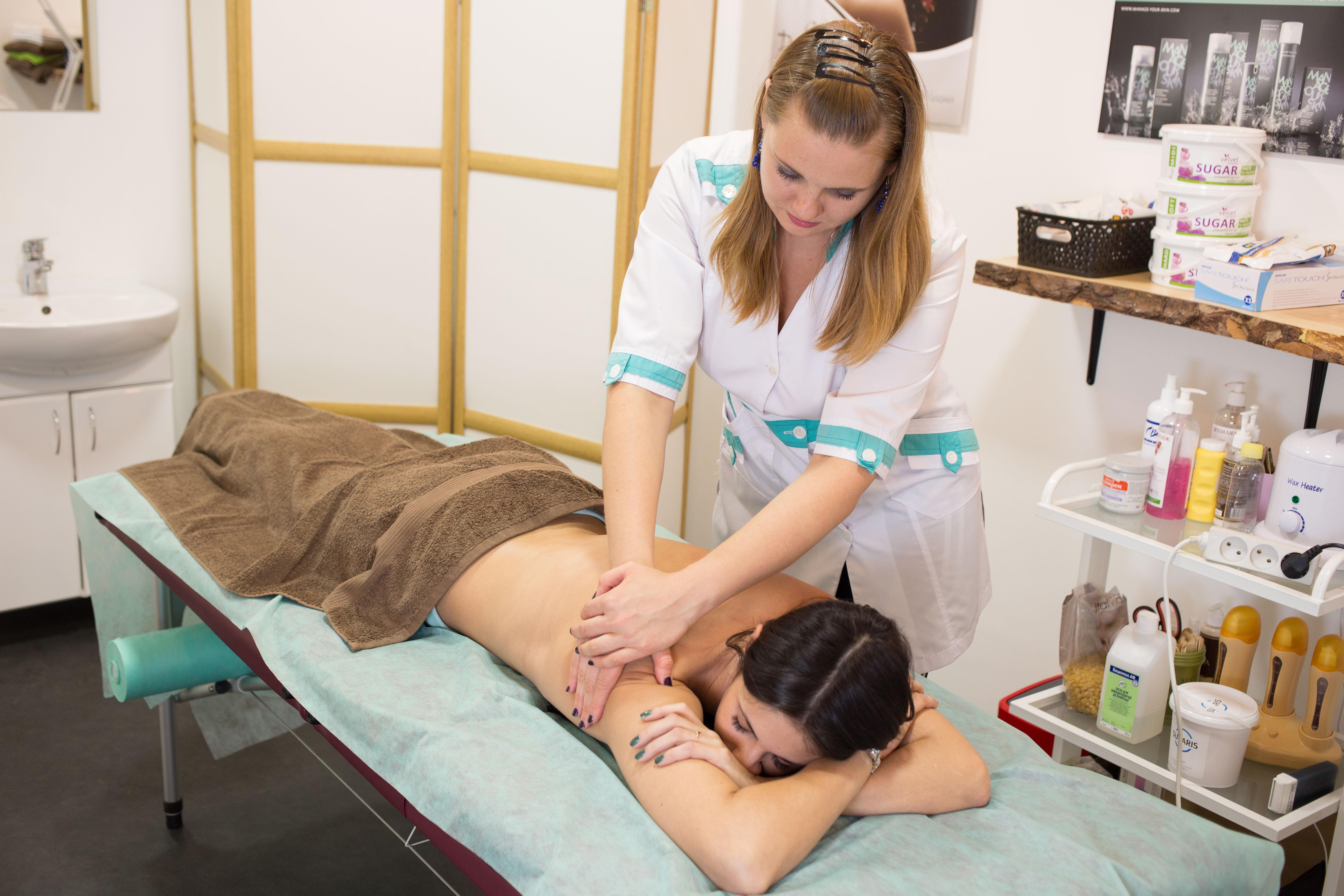 Фото Массаж спины проводимый в массажном кабинете.