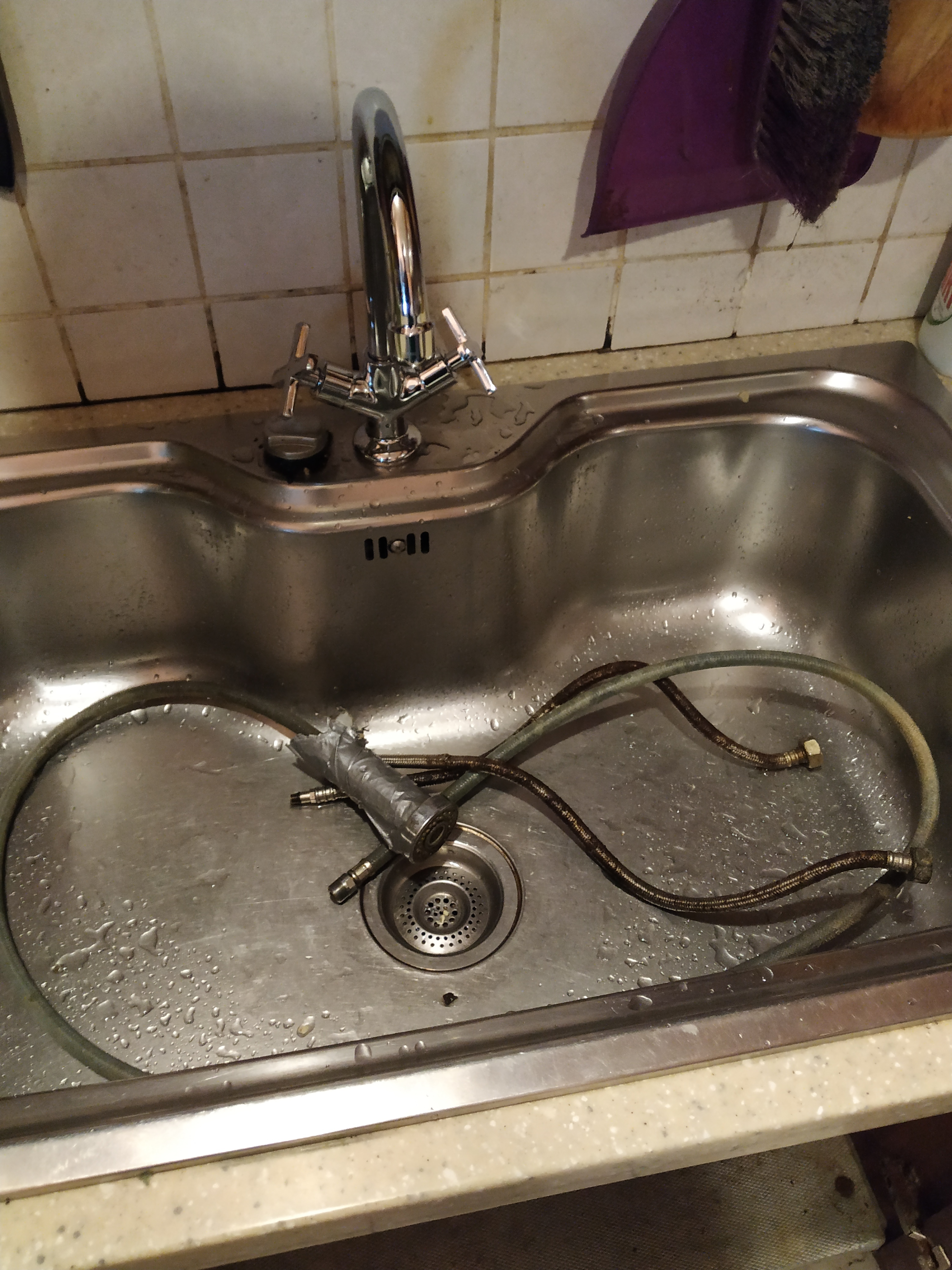 Фото Приехать, демонтировать старый смеситель на кухонной мойке, установить новый, проверить все соединения на подтекания. Заняло 1 час.