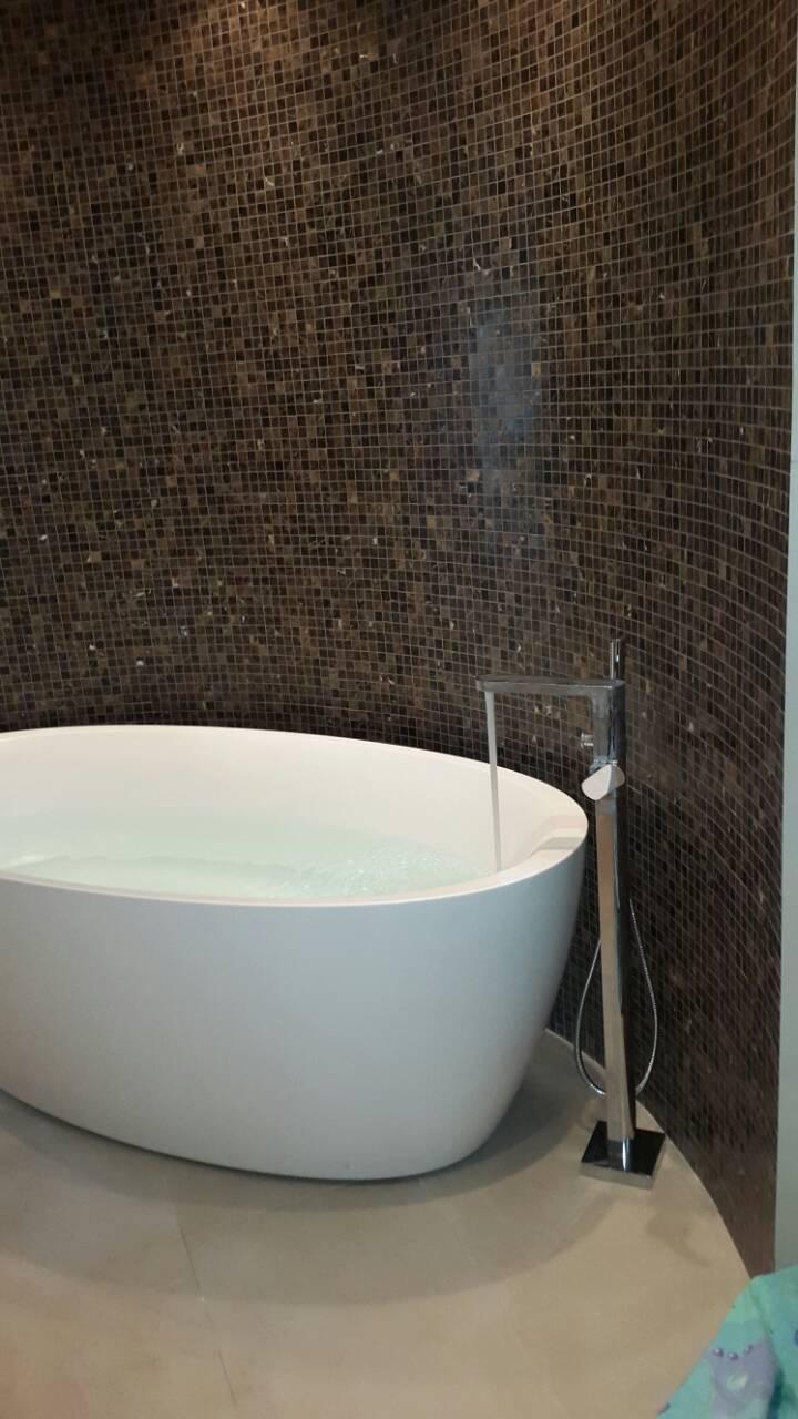 Фото Монтаж ванны и смесителя
