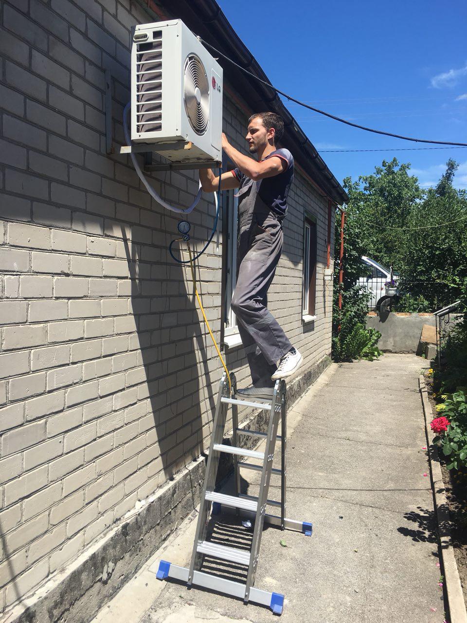 Фото Монтаж внешнего блока кондиционера в загородном доме. Наша компания напоминает в среднем монтаж кондиционера длиться от 2-3 часов.