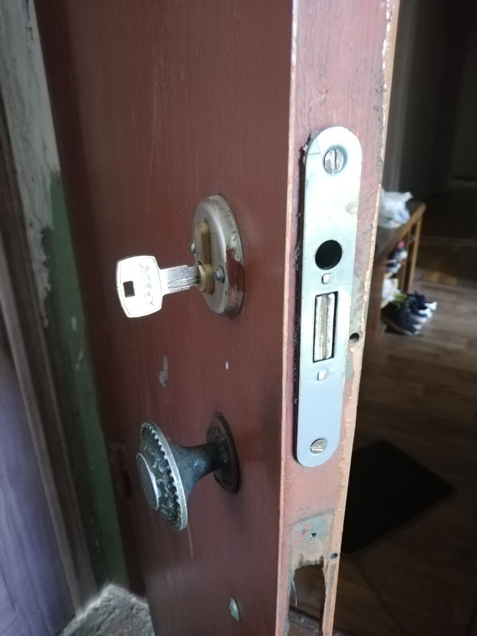 Фото Вытянуть личинку с заклинившим ключем, поехать купить такую же и поставить. Заняло около 2-х часов.
