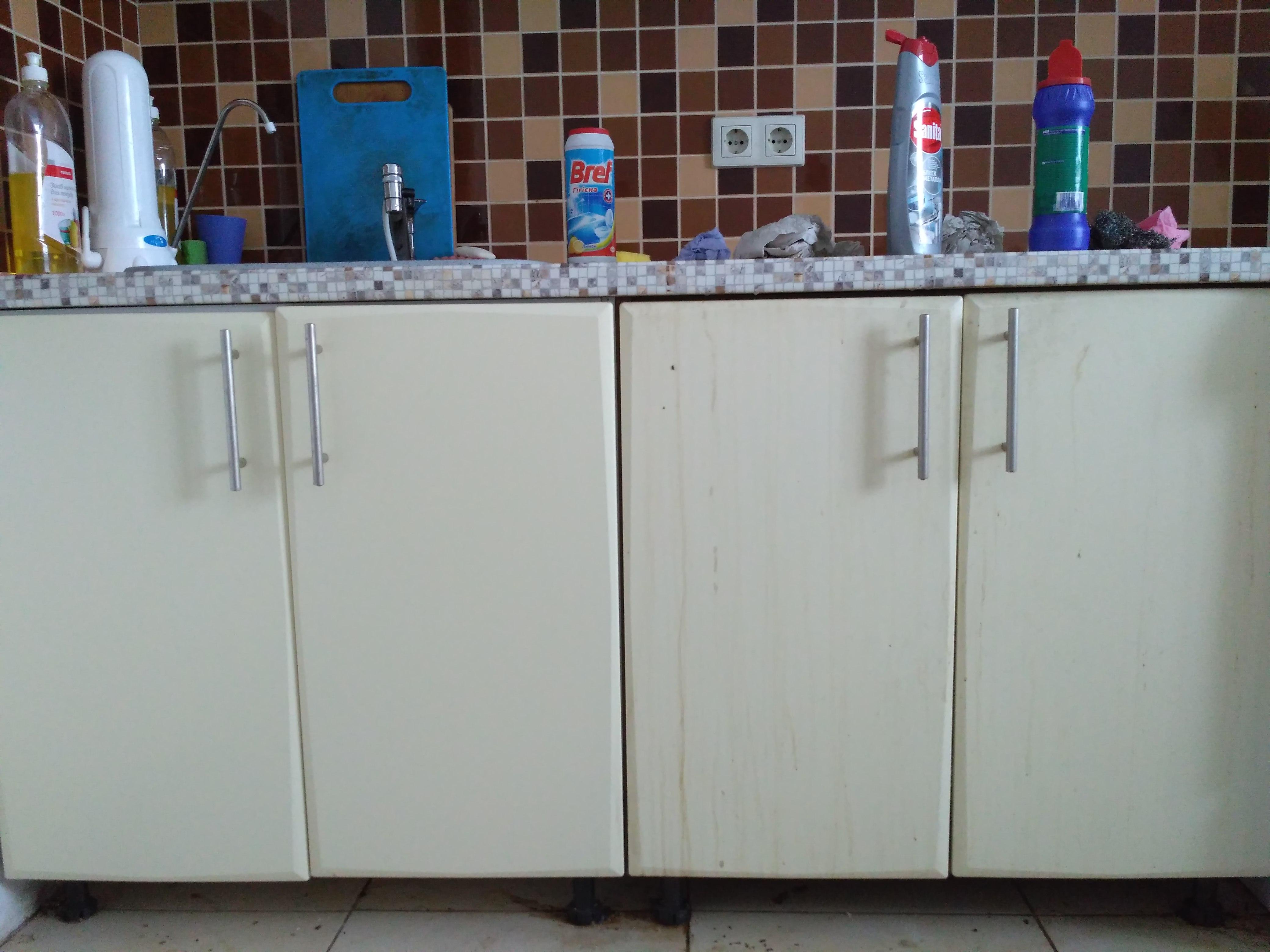 Фото Генеральная уборка квартиры, слева чистые шкафчики , справа грязные