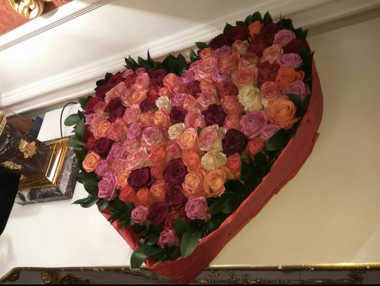 Фото Доставка большого букета цветов в гостиницу Royal Grand Hotel(ул Б.Хмельницкого 31/27) Заняло 1 час с учётом пробки