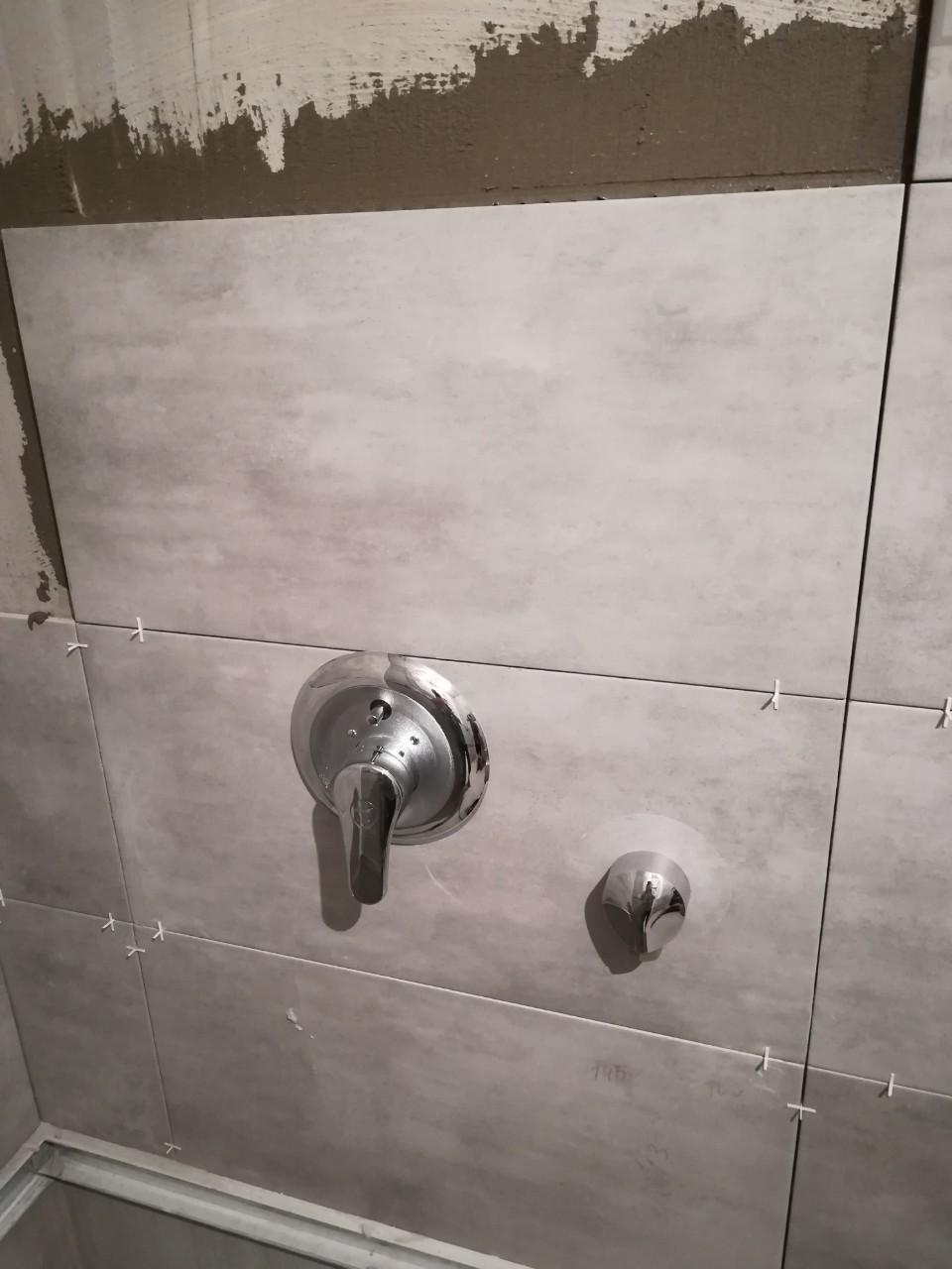 Фото Облицовка плиткой ванной комнаты и скрытая сантехника.