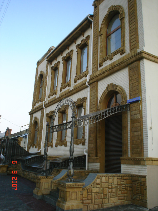 Фото Отделка фасада,оконных проёмов,подоконники,русты и карнизы крымским ракушняком и инкерманским известняком.2004 год