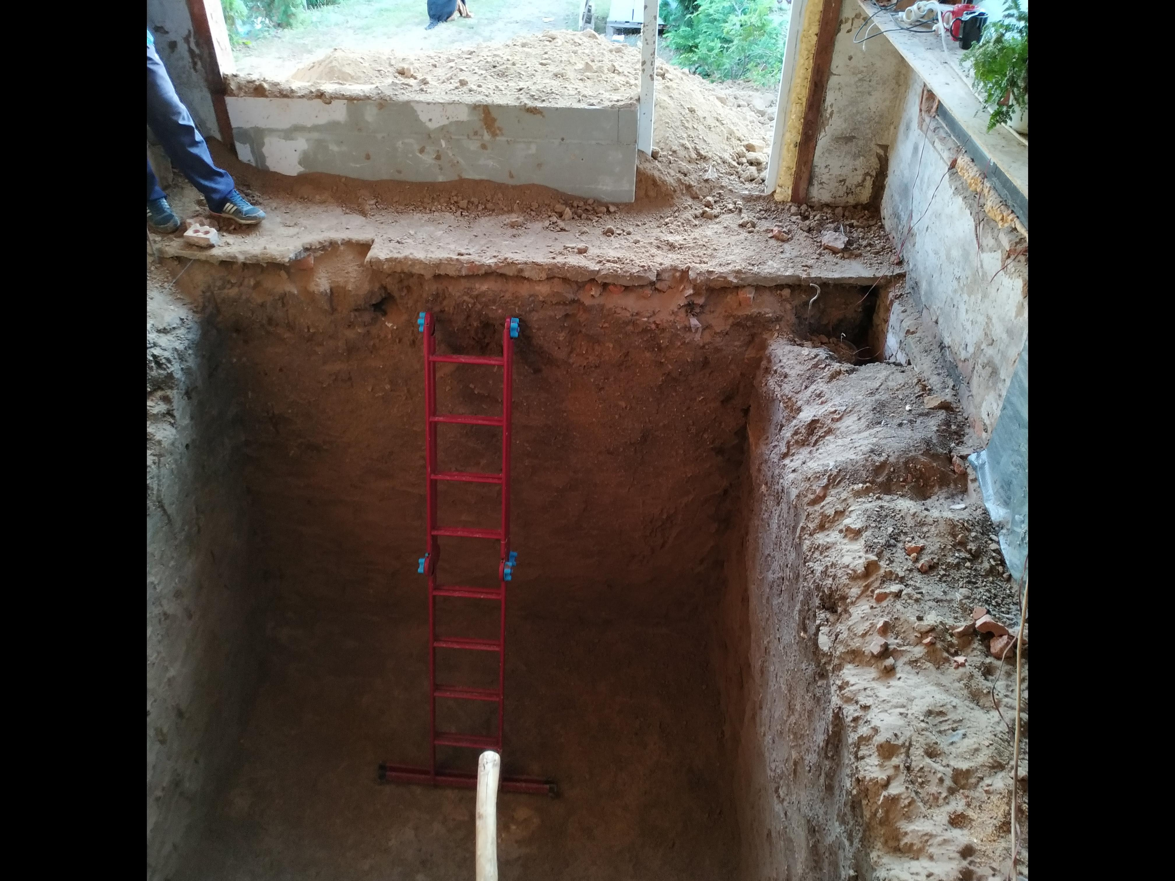 Фото Погреб на 15 м3, в гараже, глубина 2,5 м. Выполнен за 3 дня по жёсткой глине. Работал один.