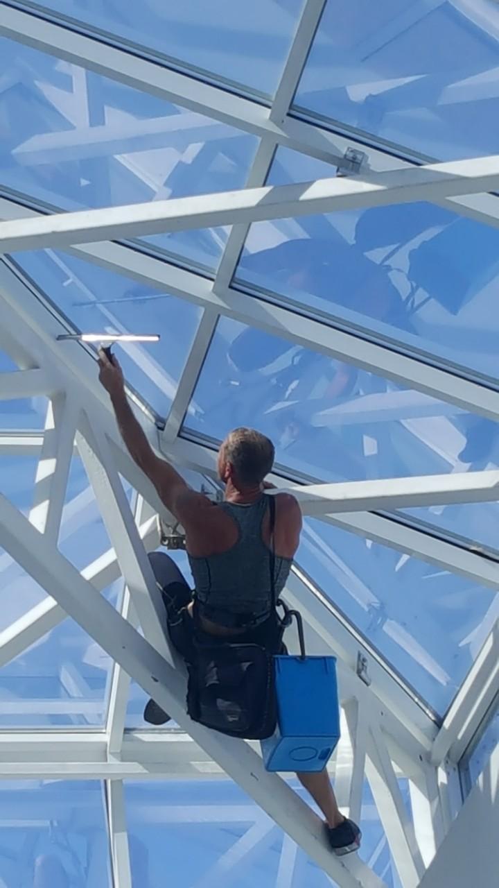 Фото Мойка стеклянного потолка.