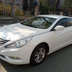 Поездки автомобилем представительского класса Hyundai Sonata.