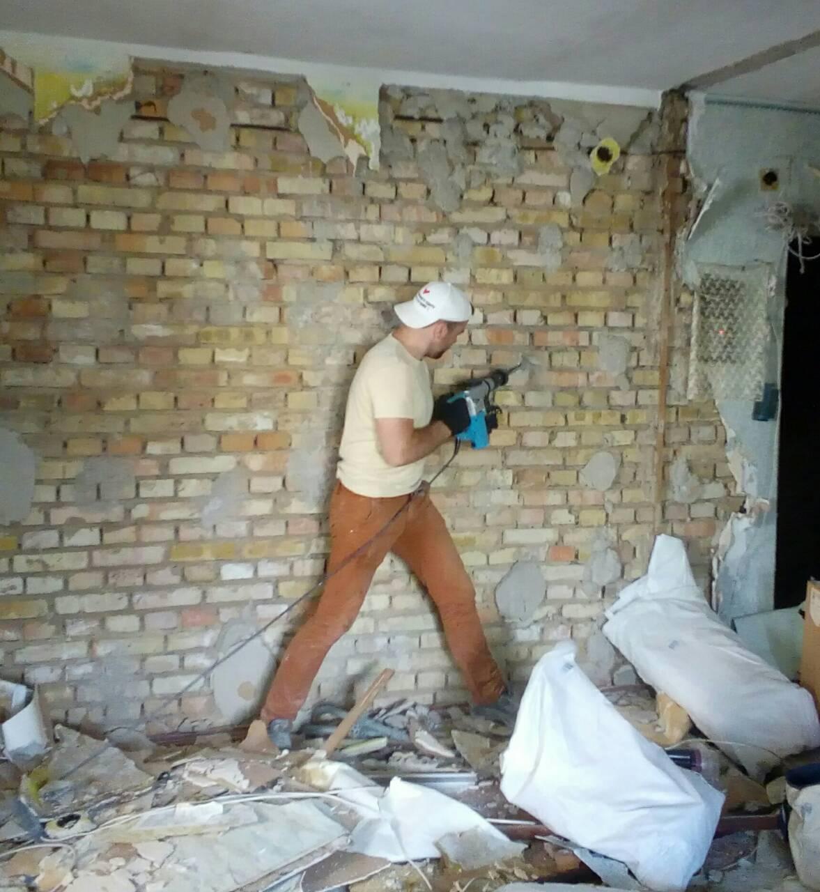 Фото Демонтаж остатков гипсокартона со стен и клея