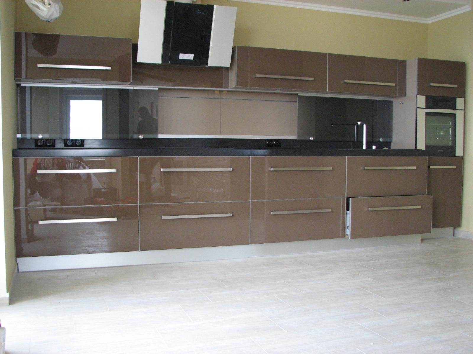 Фото Кухня по последнему слову мебельных технологий: фурнитура БЛЮМ, стеклянные крашеные фасады в аллюминевой рамке, раздвижной фартук, столешница из композитных материалов.