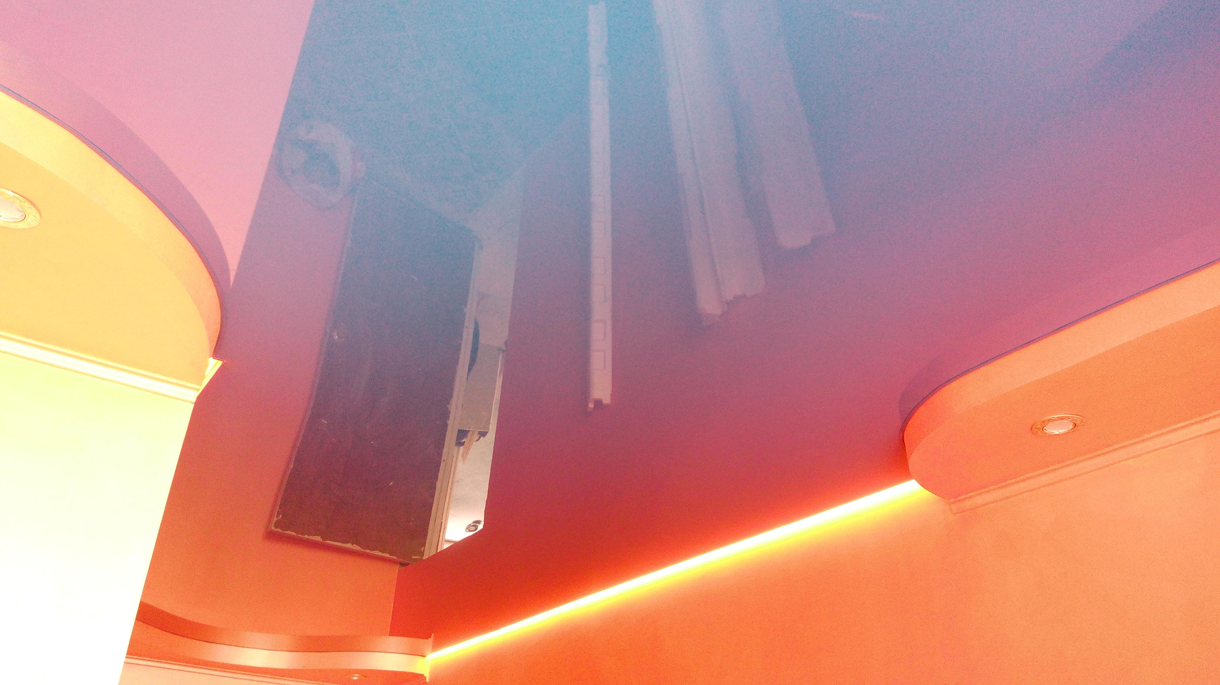 """Фото Натяжные потолки с криволинейными коробами, с точечными светильниками. Окраска стен выполнена фактурной краской. Натяжные потолки обрамлены светодиодной лентой по технологии """"парящий потолок"""". Свежая идея для кухни."""