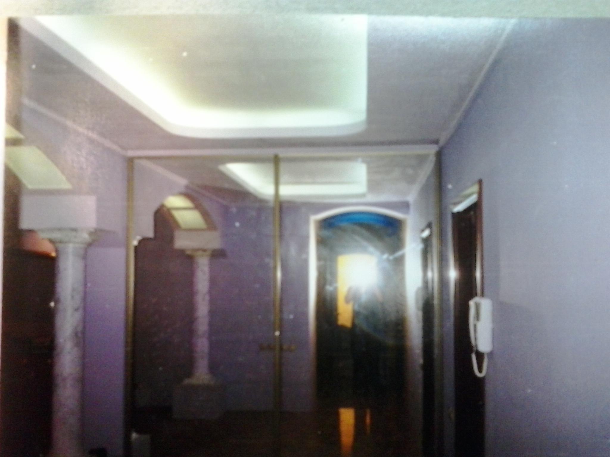 Фото Двухуровневый потолок с подсветкой люминесцентными лампами. Предварительно была осуществлена разводка для ламп. По окончании отделочных работ были установлены лампы для подсветки.
