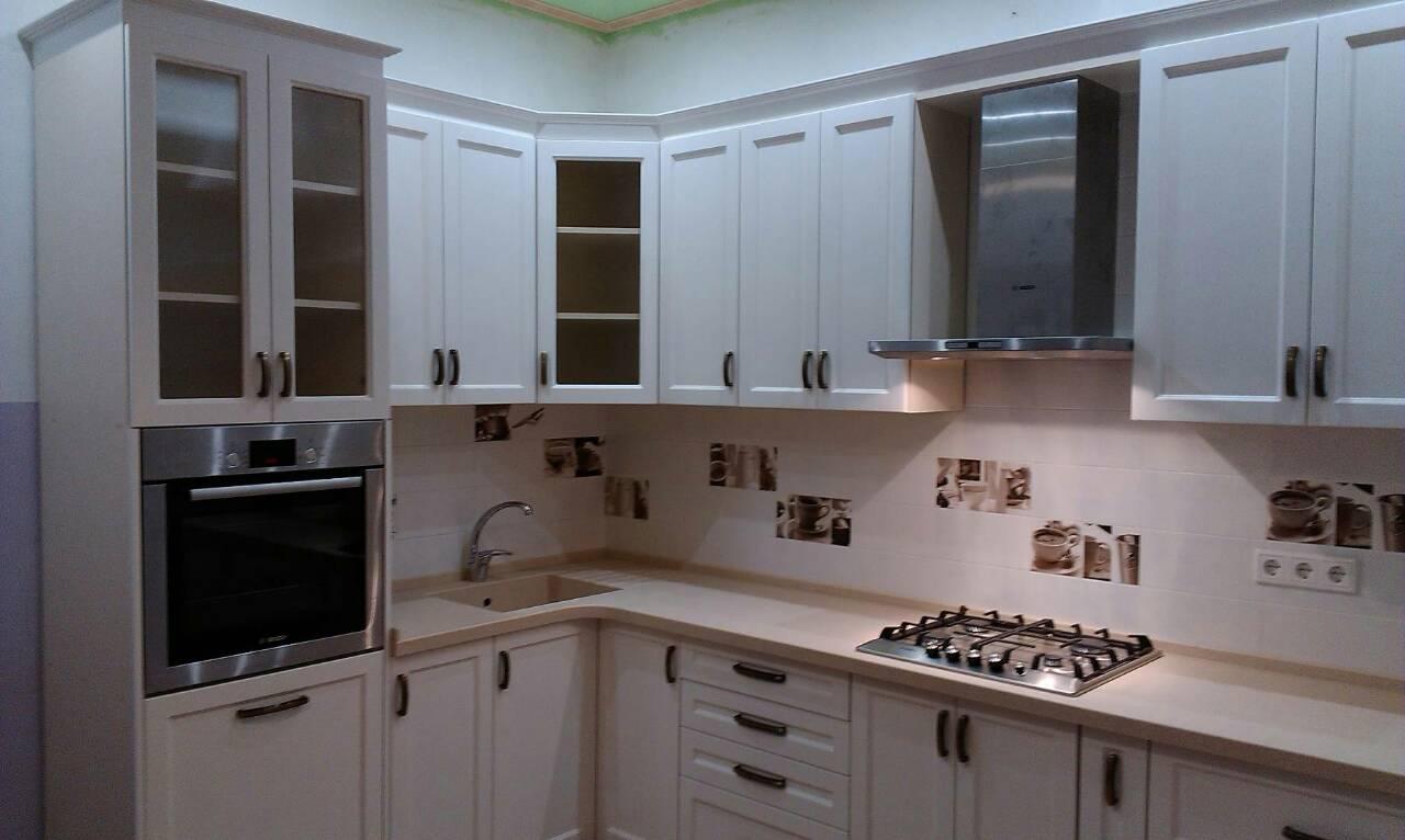 Фото Кухня с крашенным фасадом и столешницей из искусственного камня, срок изготовления 1,5 месяца