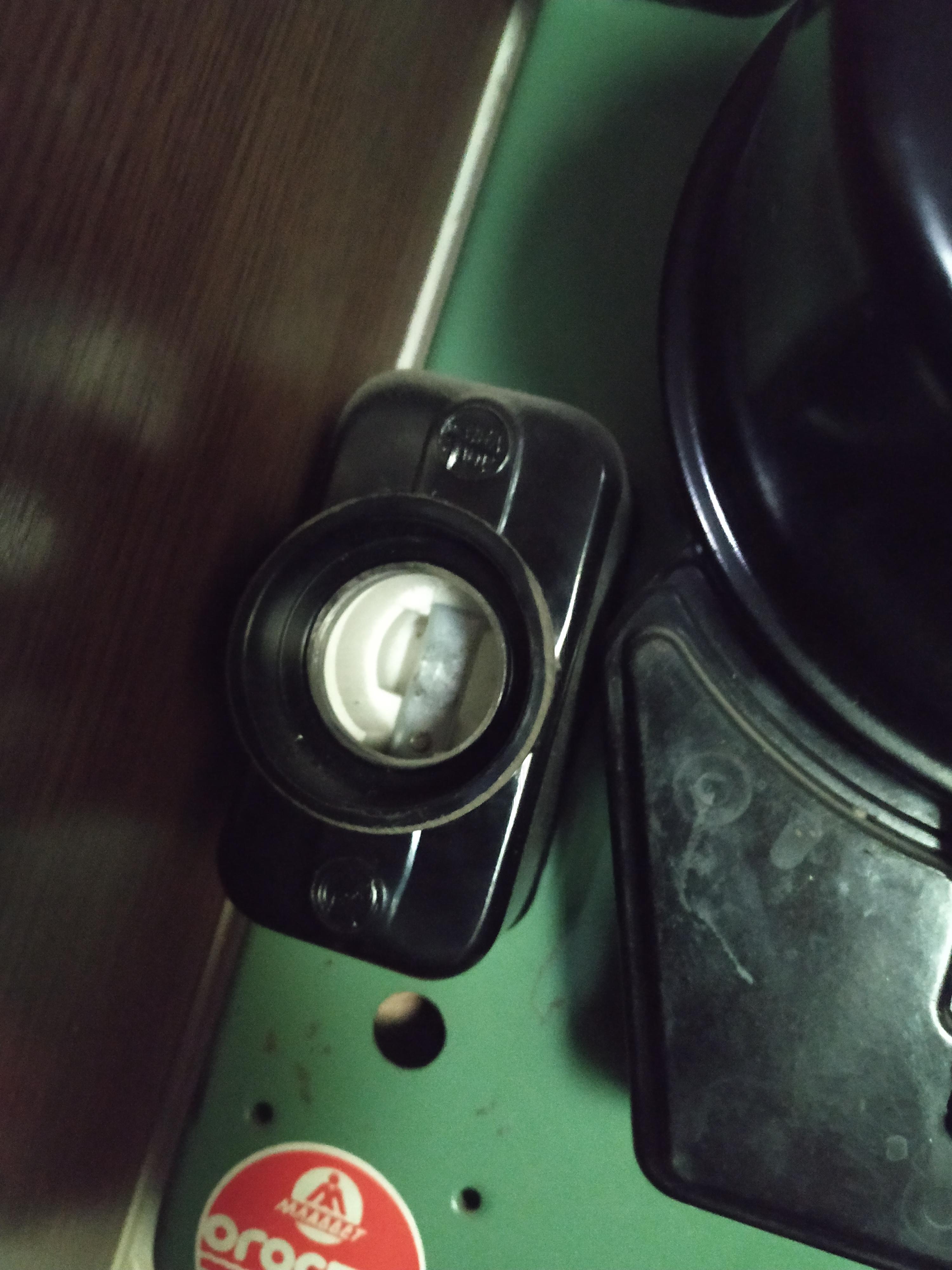 Фото Демонтировать две пробки возле счетчика,  (естественно не задевая никакие пломбы, если пломбы установлены так что без их распломбирования  работу выполнить невозможно, то за такую работу не берусть, так как пломбы на счетчике могут распломбировать только сотрудники энергетического обьединения) вместо них установить автоматы в коробках и закрепить их.