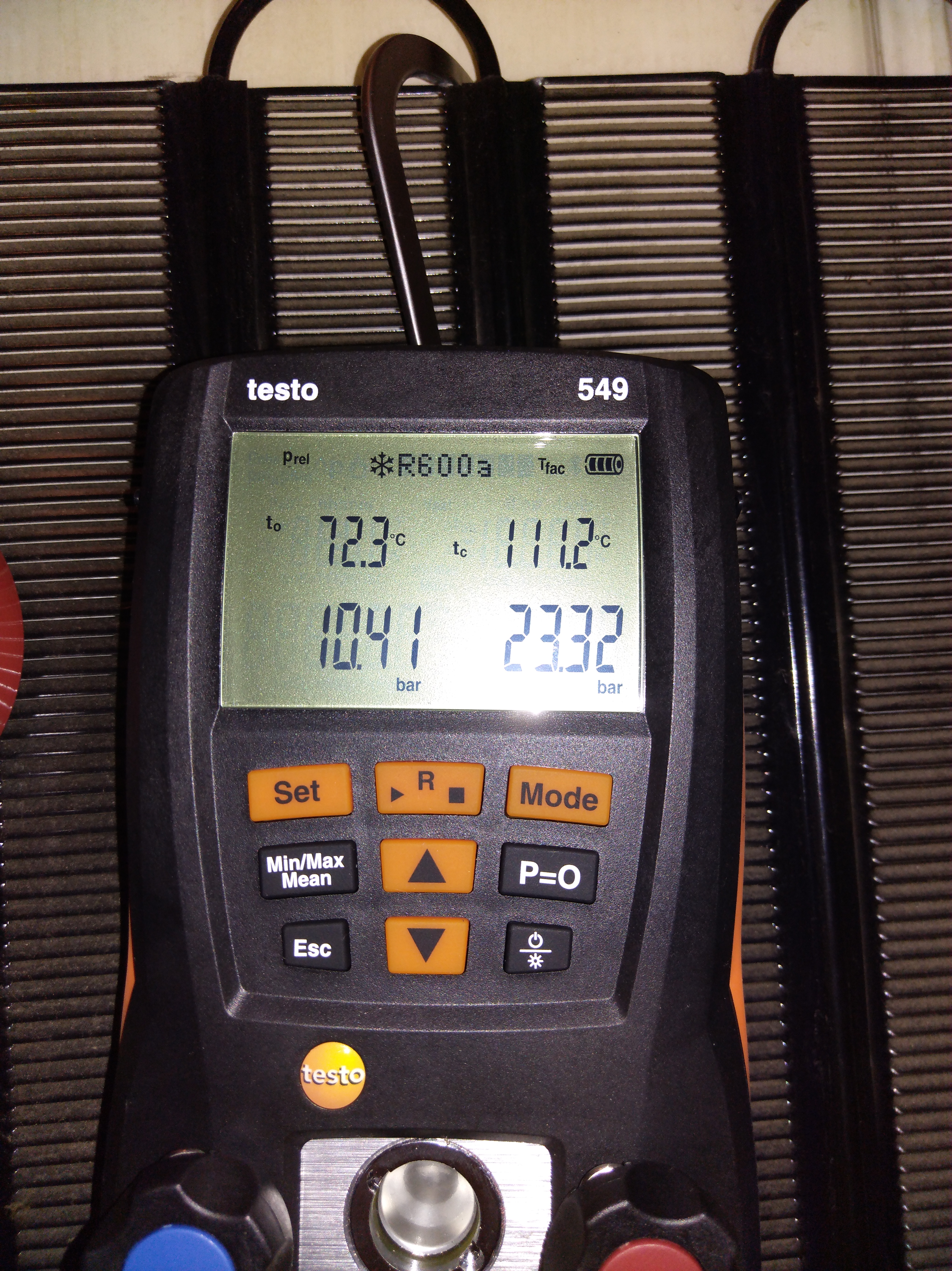 Фото Для диагностики холодильника я использую современные цифровые манометрические станции для более точных измерений.