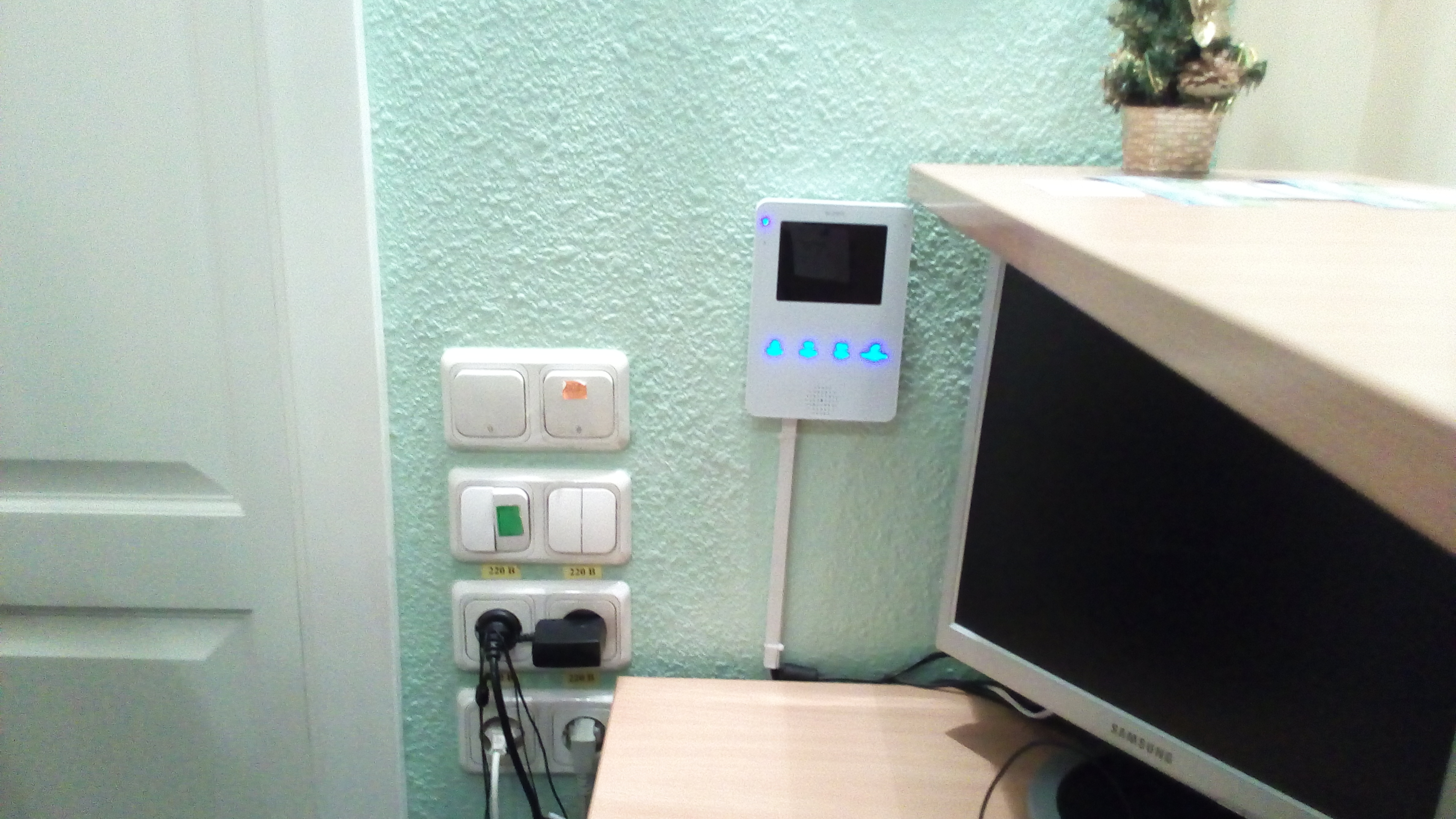 Фото Установка видеодомофонов, обслуживание, ремонт электро-магнитных, -механических замков, защелок.